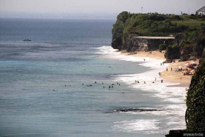 Вид на пляж Дримленд со скал